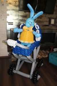 Зайчик в коляске из шаров